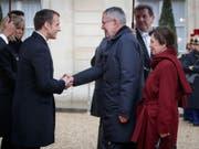 Vor dem Elysée-Palast, seinem Amtssitz in Paris, empfängt der französische Präsident Emmanuel Macron (links) seinen österreichischen Amtskollegen Alexander Van der Bellen und dessen Gattin. (Bild: KEYSTONE/APA/BUNDESHEER/PETER LECHNER)