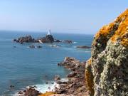Eines der Wahrzeichen von Jersey: der Leuchtturm La Corbière. Er steht auf einer Gezeiteninsel, die nur bei Ebbe zu Fuss erreichbar ist.