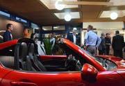 Ein schnittiger roter Mazda empfängt die Messebesucher. (Bilder: Christoph Heer)