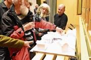 Die Wäldler diskutieren das Modell des Vorprojektes für das neue Dorfzentrum mit Gemeindekanzlei und angebautem Spar. (Bild: MC)