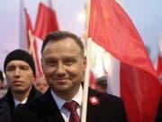 Zum 100. Jahrestag von Polens Unabhängigkeit nahmen 200'000 Menschen an einem Marsch rechtsnationaler und rechtsextremer Kräfte teil. An der Spitze des Zuges liefen Staatspräsident Duda (Bild), Regierungschef Morawiecki und Polens starker Mann, Jaroslaw Kaczynski von der regierenden Partei (PiS). (Bild: KEYSTONE/EPA PAP/TOMASZ GZELL)