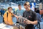 Jugendliche informieren sich an der Zentralschweizer Bildungsmesse über den Beruf des Motorradmechanikers. (Bild: Pius Amrein (Luzern, 8. November 2018))
