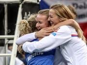 Barbora Krejcikova (Mitte) und Petra Kvitova feiern Katerina Siniakova, die den entscheidenden dritten Punkt holte (Bild: KEYSTONE/EPA/MARTIN DIVISEK)