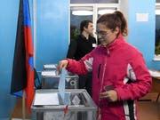 Von der internationalen Kritik an dem Urnengang liessen sich offenbar nur wenige Einwohner von Luhansk und Donezk abschrecken. Die Wahlbeteiligung lag jeweils deutlich über 70 Prozent. (Bild: KEYSTONE/AP)