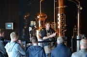 Sepp Popp erklärt den Besuchern das Schnapps-Brennen mit der Spezialitätenanlage. (Bild: Sara Carracedo)