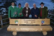 Präsident Stefan Bucheli, die Ehrenmitglieder Paul Bucheli, Kari Stadler und Paul Wyrsch sowie Ludwig Gumpp (von links) freuen sich über die neue Bank. (Bild: Georg Epp, Sisikon, 10. November 2018)