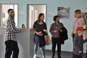 Benjamin Kangus (links) und Kathrin Erni (rechts) im Gespräch mit Besucherinnen des Tags der offenen Tür. (Bild: Kathrin Meier-Gross)