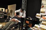 Coiffeur Alberto Grisendi zeigte an der Herbstmesse seine Fähigkeiten als Barbier. (Bild: Sabine Schmid)