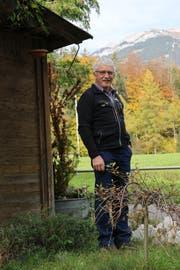 Walter Wallimann vor seinem Haus in Alpnach. (Bild: Patricia Helfenstein-Burch, 6. November 2018)