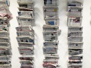 Die neusten Schweizer Sonntagszeitungen schreiben unter anderem über den möglichen Preis einer neuen Therapie von Novartis im Umfang von geschätzten vier Millionen Franken. (Bild: Keystone/GAETAN BALLY)