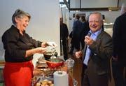 Kantonsrat Peter Bühler lässt sich sein Fondue schmecken.