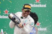 Grund zum Feiern: Mercedes-Pilot Lewis Hamilton. (Bild: Andre Penner/AP (Sao Paulo, 11. November 2018))