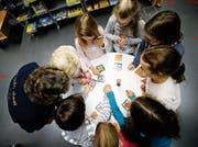 Hohe Konzentration: Die Kinder lernten neue Spiele spiele kennen. (Bild: Stefan Kaiser (Baar, 9. November 2018))