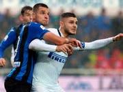 Der ehemalige FCZ-Verteidiger Berat Djimsiti setzt sich gegen Mauro Icardi von Inter Mailand resolut durch (Bild: KEYSTONE/AP ANSA/PAOLO MAGNI)