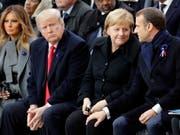 Vertraulichkeiten an der Gedenkfeier zum 100. Jahrestag des Endes des Ersten Weltkrieges am Arc de Triomphe in Paris. Von links nach rechts: US First Lady Melania Trump und ihr Gatte Donald, rechts von diesem die deutsche Kanzlerin Merkel in Körperkontakt mit dem französischen Präsidenten Macron. (Bild: KEYSTONE/EPA AP POOL/FRANCOIS MORI / POOL)