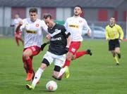 Kreuzligens Ermir Selmani (am Ball) kann von Amriswils Raul Perez (links) nicht gestoppt werden. (Bild: Mario Gaccioli)