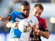 Der GC-Verteidiger Julien Ngoy kommt vor Xamax-Spieler Mustafa Sejmenovic an den Ball (Bild: KEYSTONE/LAURENT GILLIERON)