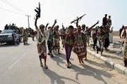Regierungstreue jemenitische Truppen ziehen jubelnd durch die Stadt Hodeida. (Bild: Epa (5. November 2018))