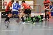 Niklas Hess (Nummer 32) und seine Herisauer Kollegen wehren diesen Luzerner Angriff ab. (Bild: Lukas Pfiffner)
