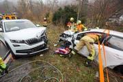 Beide Autos, die am Unfall beteitligt waren, erlitten Totalschaden (Bild: Zuger Polizei)