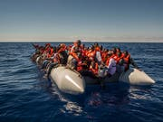 Flüchtlinge und andere Migranten etwa aus Eritrea, Mali und Bangladesch auf einem Boot vor der Küste Libyens im Sommer 2016. (Bild: KEYSTONE/AP/SANTI PALACIOS)