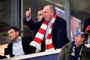 Bayern Münchens Präsident Uli Hoeness zeigt mit dem Daumen nach oben. Das Bild wurde allerdings vor der 2:3-Niederlage am Samstag bei Tabellenführer Borussia Dortmund gemacht. (Bild Sascha Steinbach/EPA (Gelsenkirchen, 22. September 2018))
