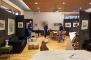 Die Ausstellung in Vernissagen-Stil findet in den Räumen des Hotels Rössli in Tufertschwil statt. (Bild: Sascha Erni)