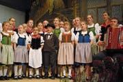Die Kleinsten waren die Grössten: 50 Kinder jodelten sich in die Herzen der Zuhörer. (Bild: Monika van de Giessen (Giswil, 11. November 2018))