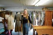 Sarah Brümmer in ihrem Textilatelier. Im Hintergrund ist ein Teil der aktuellen Kollektion zu sehen. (Bild: Flurina Lüchinger)