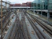 Der günstigere Bahnstrom soll auch Bahnkundinnen und Kunden zugute kommen. (Bild: KEYSTONE/GEORGIOS KEFALAS)