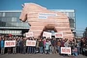 Gegner demonstrierten mit Plakaten und einem Trojanischen Pferd gegen die Selbstbestimmungs-Initiative der SVP. (Bild: Peter Schneider/Keystone (Bern, 22. Oktober 2018))