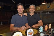 Wuba-Veranstalter Martin Rutishauser und 2B-Visions CEO Markus Ritzinger im Firehouse. (Bild: Mario Testa)