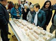 Interessierte begutachten am Informationsabend das Modell der geplanten Häuser in der Gartenstadt. (Bild: Stefan Kaiser (Zug, 12. November 2018))