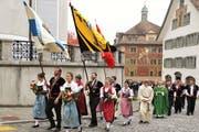 Angeführt durch die Kantonalsektionen, zogen die geladenen Gäste zur Messe in die Pfarrkirche Schwyz. (Bild: Reto Betschart (10. November 2018))
