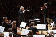 Ludwig Wicki dirigiert das 21st Century Orchestra mit dem Solisten Uli Poschner. (Bild: Martin Dominik Zemp)