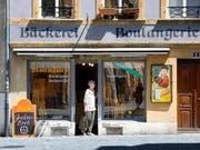 Der Kanton Bern sollte laut einer Expertenkommission seine Zweisprachigkeit konsequent zur Schau stellen - wie diese Bäckerei in Biel. (Bild: KEYSTONE/MARTIN RUETSCHI)