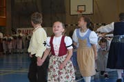 Die Mädchen und Buben hatten sichtlich Spass an ihren Auftritten. (Bild: Patricia Wichser)