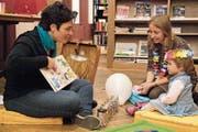 Patrizia De Francesco erzählt neugierigen Kindern auf Englisch Geschichten, die von Monstern handeln. (Bild: Andreas Taverner)