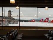 Kritik an BAZL-Vorschlag: Der Flughafen Zürich stellt sich dezidiert gegen höhere Transferzahlungen. (Bild: KEYSTONE/CHRISTIAN BEUTLER)