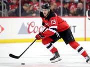 Nico Hischier verliess bei den New Jersey Devils bereits im zweiten Drittel das Eis mit einer Verletzung (Bild: KEYSTONE/AP/JULIO CORTEZ)