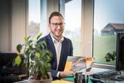 Gemeinderatsschreiber Florian Hafner in seinem neuen Büro. (Bild: Ralph Ribi)