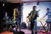 Diese Musiker standen noch nie zusammen auf der Bühne. Umso leidenschaftlicher scheinen sie bei ihrem spontanen Auftritt. (Bild: Lisa Wickart)