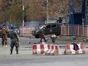 Sicherheitskräfte nahe am Ort der Detonation am Montagmorgen in Kabul. Mindestens sechs Menschen fielen dem Selbstmordanschlag zum Opfer. (Bild: Keystone/AP/Massoud Hossaini)