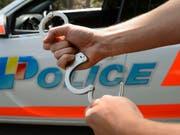 23 Jahre nach den tödlichen Schüssen auf einen Diplomaten in Genf hat die Polizei einen Tatverdächtigen verhaftet. Der französische Autoverkäufer ist wegen mehrerer Diebstähle aktenkundig. (Bild: KEYSTONE/MARTIAL TREZZINI)