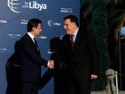 Italiens Premierminister Giuseppe Conte (l.) begrüsst den libyschen Regierungschef Fajis al-Sarradsch in Palermo. (Bild: KEYSTONE/AP ANSA/MIKE PALAZZOTTO)