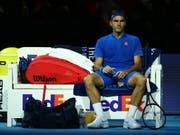 Nachdenklicher Roger Federer: In seinem zweiten Spiel an den ATP Finals muss er sich steigern, wenn er seine Halbfinal-Chancen wahren will (Bild: KEYSTONE/EPA/KIERAN GALVIN)