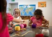 Die vorberatende Kommission beantragt, dass Kanton und Gemeinden mindestens fünf Millionen Franken jährlich zur Förderung der familien- und schulergänzenden Kinderbetreuung verwenden. (Keystone/Gaetan Bally)