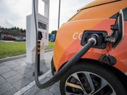 Volkswagen will einen E-Kleinwagen auf den Markt bringen, der unter 20'000 Euro kostet. (Bild: KEYSTONE/URS FLUEELER)