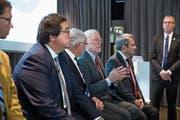 In Anwesenheit seiner Gründer blickte Biogen gestern im KKL auch auf sein 40-jähriges Bestehen zurück (v.l.): Alfred Sandrock (Chief Medical Officer), Charles Weissmann (Gründer), Phillip Sharp (Gründer) sowie Michel Vounatsos (CEO). (Bild: Manuela Jans)