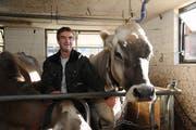 """Landwirt Josef Trutmann mit seiner Kuh """"Siesta"""" auf seinem Hof in Seelisberg. (Bild: Urs Hanhart)"""